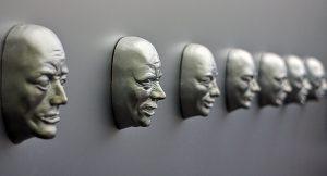 Gesichter an der Wand
